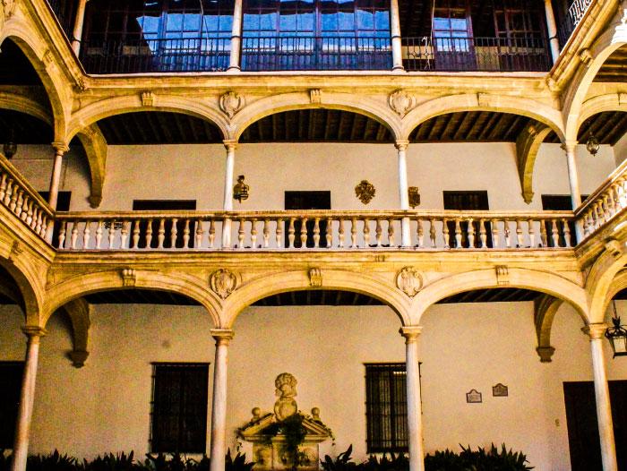 Claustro del Real Colegio Mayor San Bartolomé y Santiago, Residencia de Estudiantes de la Universidad de Granada